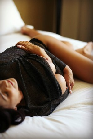 Reinelde tantra massage in Buda